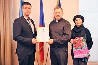 Павел Пешек передав 400 шкільних портфелів для дітей з особливими потребами